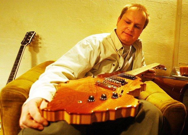 Hrdý majitel nástroje neobvyklého tvaru Petr Krčmář předvede na pelhřimovském festivalu, že kytara skutečně hraje.