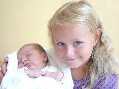 JOSEFÍNA ANNA DYMÁKOVÁ. Narodila se 4. srpna v 6.19 hodin. Vážila 3,7 kilogramu a měřila 51 centimetrů. S rodiči Olgou a Josefem pětiletou sestřičkou Marií Annou bydlí v Janově.