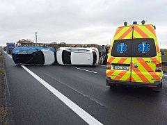 Dopravní nehoda na I/35. Silnici zablokoval přepravník s osobními auty.