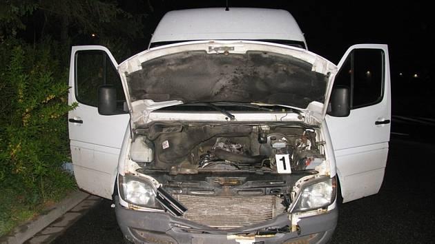Následky střetu automobilu se srncem.
