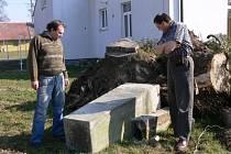 PAMÁTNÍK  PADLÝM  ve válce  leží v Lačnově  na zemi.  Josef Hujíček (vlevo) si stěžuje na špatné zacházení s památkou. Radní zřejmě neměli o existenci pomníku ponětí.  Podnikatel se brání. Nikdo  ho neupozornil, že kupuje pozemek s památkou.