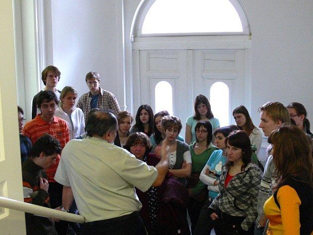 SOUDNÍ  PROCES  se  zlodějem  Ladislavem Ferencem ze Svitav absolvovali v rámci výuky  základů společenských věd  studenti Gymnázia v  Poličce.  Seznámili se  s průběhem  hlavního líčení a  vyslechli si také rozsudek, který vynesl předseda soudu Bohumil K