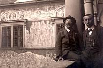 Foto z roku 1920: Přátelé Josef Váchal (vlevo) s Josefem Portmanem na zámku v Litomyšli.