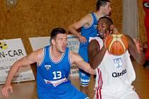 Spoustu práce měli svitavští basketbalisté (v bílém) s houževnatými Pražany. Slabší fáze, kterých si v průběhu zápasu vybrali hned několik, je stály hodně nervů, ale naštěstí nikoli zápas.