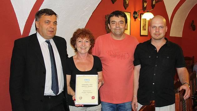 Certifikát pro vítěznou hospůdku převzal provozovatel restaurace na Svojanově František Konečný s manželkou Evou (uprostřed).  S gratulací přišel také starosta Poličky Jaroslav Martinů  (vlevo) a kastelán hradu Miloš Dempír.