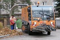 Pracovníci technických služeb zbavují veřejné plochy listí i za pomoci moderní techniky