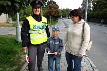 POLICISTÉ DOPROVÁZELI včera děti v Poličce po přechodu u školy na ulici ČSA. V rámci celostátní akce vysvětlovali dětem, jak správně po přechodu přecházet