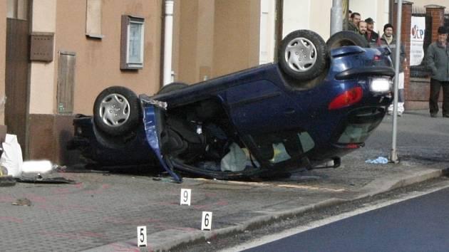 Auto podle všeho jeho rychleji, najelo na ostrůvek, po nehodě narazilo do domu sousedícího s pohostinstvím a přistálo na střeše. Řidič při kolizi zemřel.