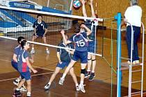 SVITAVŠTÍ JUNIOŘI (za sítí) si v boji o třetí místo v prvoligové soutěži rozdělili s Brnem po jedné výhře.