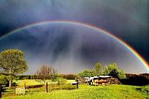 Čtenáři Svitavského deníku fotili duhu, která se objevila na obloze v neděli navečer po krátkém dešti.