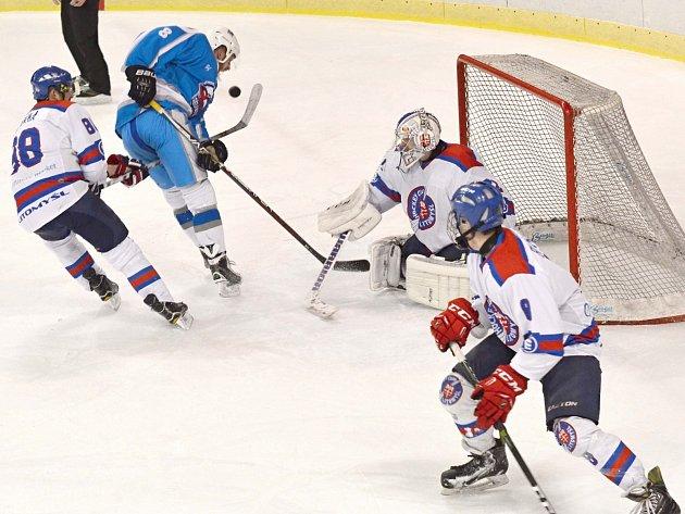 Gólman Tomáš Kalousek dal vzpomenout na doby, kdy byl postrachem všech útočníků v krajské hokejové lize.