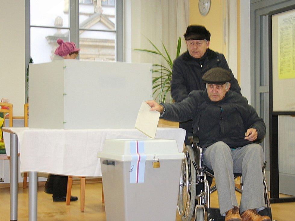 SENIOŘI z domova v Moravské Třebové si nenechali ujít ani druhé kolo prezidentských voleb.