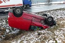Dopravní nehoda dvou osobních a jednoho nákladního automobilu.