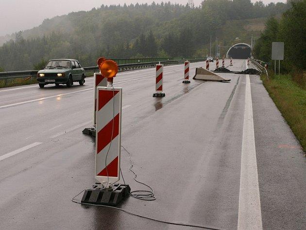Na řidiče čeká pod Hřebečským tunelem dopravní omezení. Silničáři opravují vozovku.