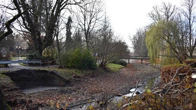 Nová ocelová lávka s dřevěnou podlahou za dva miliony korun nahradí v Poličce starý most přes Bílý potok u dětského hřiště.