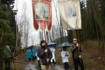 První pouti po obnovených kapličkách ve Vysokém lese počasí nepřálo. Poutníci se nezalekli. Jejich kroky doprovodilo bubnování deště.