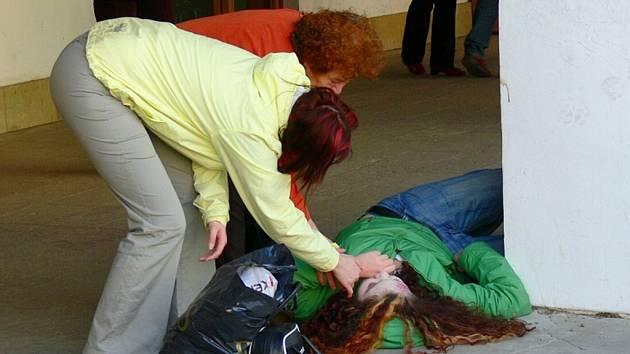REDAKTOŘI Svitavského deníku testovali v úterý na svitavském náměstí, jesli lidé dokážou podat první pomoc.
