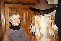 Jana Nováková ve starém mlýně ve Svojanově učí jak vyrábět krajky. Tradiční paličkování se naučila na Slovensku. Založila také nadaci pro zachování řemesel.