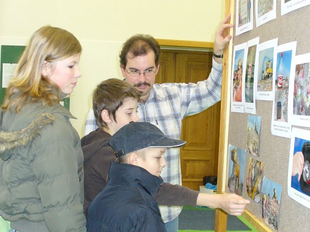 Školáci posuzují, jestli  jejich vrstevníci naplnili zadání a záměr ekosoutěže.  O výklad se postaral učitel Jakub Velecký.