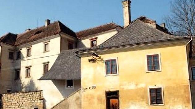 Několikrát na prodej byl v posledních letech zámek ve Starých Hradech.