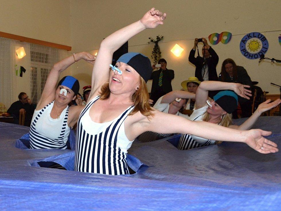 V Pohodlí na plese nebyla o legraci nouze. Veselo bylo nejen při tanci, ale hlavně při vystoupení místních žen, které si připravily dvě scénky.