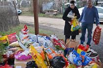 Bohaté Vánoce mají letos psi v útulku při záchranné stanici ve Vendolí. Lidé jim dovezli spoustu dárků. Také se s nimi pomazlili a vzali je na procházku.