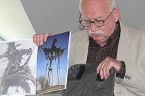 Miroslav Brýdl ukazuje novovu sochu.
