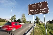 První instalovaná cedule v Kukli u Svitav, brzo se značky objeví v kraji na dalších sedmi místech. Foto: ČTK