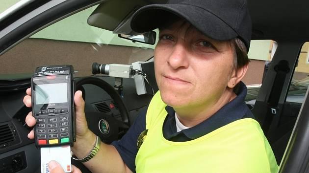 PLATEBNÍ TERMINÁL využívají dlouhá léta strážníci v Březové nad Svitavou. Řidiči se nemohou vymlouvat, že nemají peníze na pokutu. Zaplatí ji platební kartou. Ilustrační fotografie