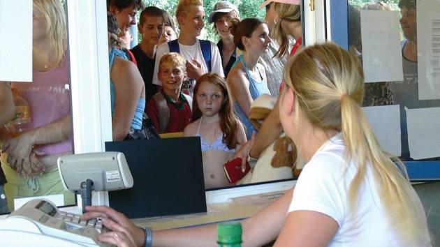 Návštěvníci moravskotřebovského aquaparku si na svlažení ve vodě vystáli v neděli frontu.