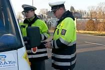 Policisté kontrolovali, zda řidiči používají bezpečnostní pásy.  Nevynechali doklady a technický stav vozidla.