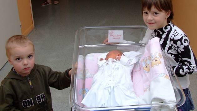 SABINA HLADNÍKOVÁ.    Třetí ratolest přivedla na svět maminka Veronika z Bělé nad Svitavou. Děvčátko se narodilo 12. února v 16.40 hodin, vážilo 2,95 kilogramů a měřilo 48 centimetrů. Šestiletá Anička a čtyřletý Románek se už nemohou sestřičky dočkat.