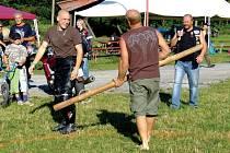 Ve volných chvílích se motorkáři věnovali různým hrám, při kterých vyměnili silné stroje za silnou kulatinu.