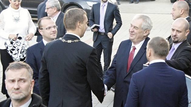 Starosta Svitav David Šimek se vítá s prezidentem. Miloš Zeman mu odvětil tradičními bonmoty.