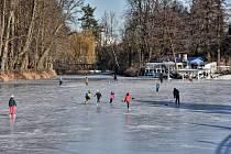Zamrzlý Synský rybník přilákal bruslaře