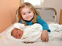 TEREZA SOKOLOVÁ. Narodila se 24. ledna Zuzaně a Lukášovi z Hradce nad Svitavou. Měřila 48 centimetrů a vážila 3,1 kilogramu. Do porodnice se na sestřičku přišla podívat Barborka.