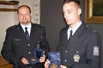 Policisté Roman Čadil a Miroslav Obr (vlevo) si přijeli pro ocenění za svoji odvahu  do Vysokého Mýta.