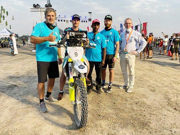 Přes veškeré komplikace Martin Michek ukázal, že mu závodění vpoušti svědčí. Vbarvách stáje Orion Moto Racing Team si vnáročné soutěži na dohled od metropole Dubaje dojel pro druhé místo.