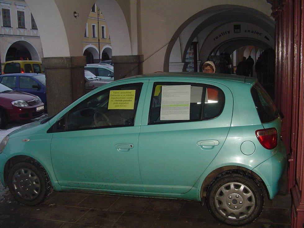Další automobil se objevil na litomyšlském podloubí.