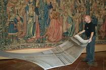 Architekt výstavy Poklady Moravské Třebové Petr Kolínský při práci na nejnáročnější části instalace . V pozadí je jeden z nejcenějších exponátů muzea - flanderská tapiserie z počátku 16. století.