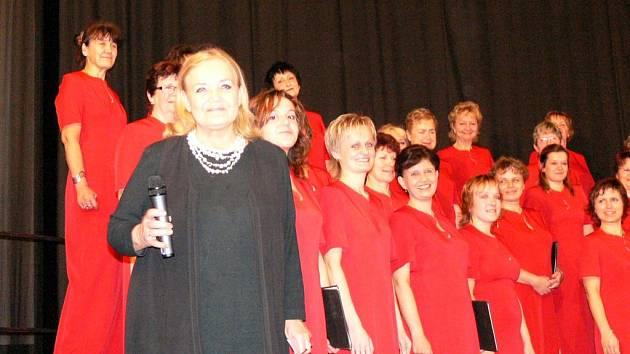 Pěveckému sboru Dalibor přijela popřát herečka Gabriela Vránová.
