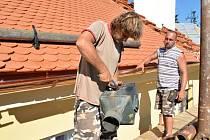 Oprava střechy na Svojanově.
