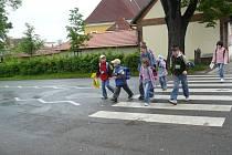 Zebra u základní školy Zámecká je podle odborníků dostatečně označená. Před lety se tady stala  nehoda, při níž řidič autobusu srazil školačku. Poté silničáři přechod výrazně  označili a nasvítili. Od té doby se tady nic podobného už nestalo.