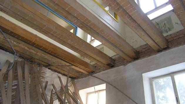 NEOPRÁVNĚNÝCH ZÁSAHŮ do stavební podoby budovy před vydáním demoličního výměru se mělo podle odpůrců bourání město dopustit vyřezáním části podlah a stropů.