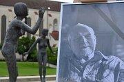Zesnulého sochaře si dnes připomenuli i lidé v Litomyšli.