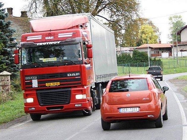 TRANZIT. Lačnov se na pár týdnů zbaví těžkých kamionů a náklaďáků. Silničáři začnou v pondělí s opravou hlavního tahu /I43 od kruhové křižovatky až po silnici I/35.