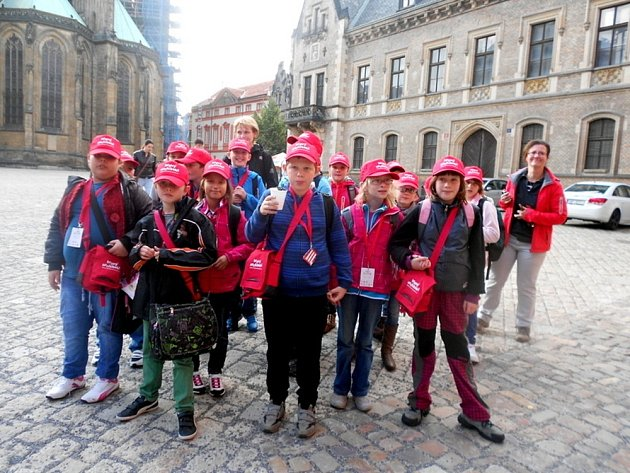 ŽÁCI čtvrté třídy Základní školy U Školek v Litomyšli vystavují své obrázky v Jiřském klášteře Pražského hradu. I oni se do Prahy vypravili.