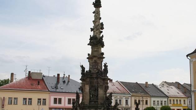 Vedení města se rozhodlo pro rozsáhlou opravu morového sloupu na náměstí Palackého. Před plánovanou rekonstrukcí ho prozkoumají restaurátoři. V pondělí si památku převzali.