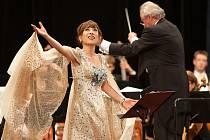 Festival Smetanova Litomyšl vyvrcholil v pondělí večer trojími nadšenými ovacemi vstoje na koncertě světoznámé korejské koloraturní sopranistky Sumi Jo.