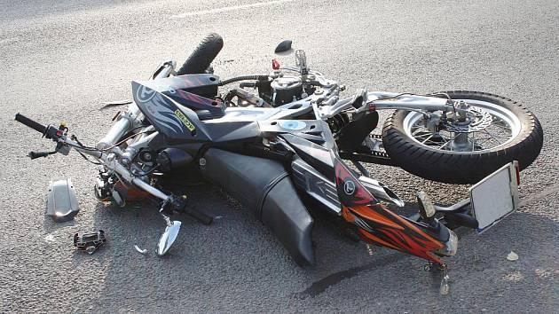 Na výpadovce na Brno narazil v sobotu motorkář do stojících aut.